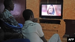 Dvojica Somalijaca gledaju vesti CNN-a o pogibiji lidera Al Šababa, 6. septembar 2014.