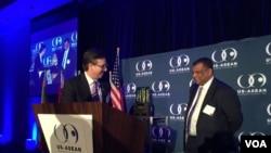 2016年2月17日美国与东盟商业理事会主席兼总裁费尔德曼向费南德斯颁奖(美国之音莉雅拍摄)