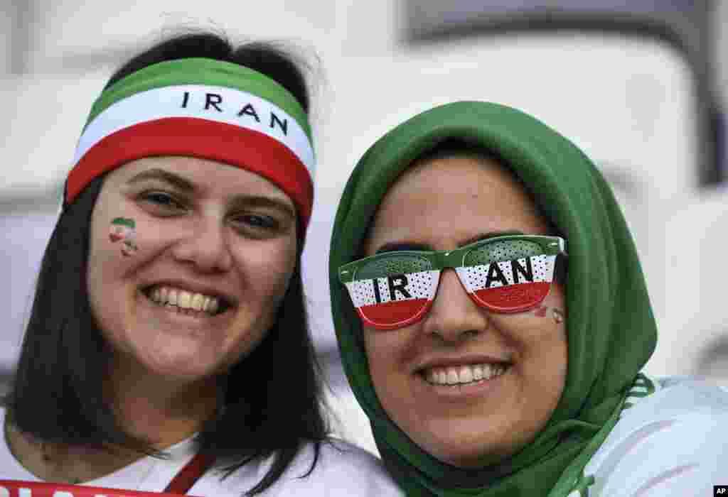 زنان ایرانی در ورزشگاه های امارات به اختیار با حجاب و بی حجاب حضور داشتند. جمهوری اسلامی حتی اجازه حضور زنان برای تماشای بازی های فوتبال مردان را نمی دهد.