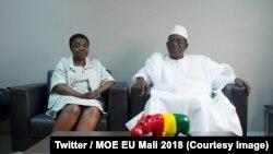 La chef de la mission de l'UE, Cécile Kyenge, s'entretient avec le candidat de l'opposition Soumaïla Cissé la veille de la présidentielle, au Mali, le 11 août 2018i. (Twitter/MOE UE Mali 2018)