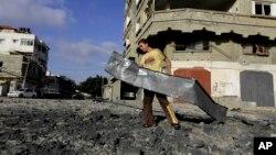 Cảnh đổ nát sau khi quân đội Israel oanh kích gần trại của nhóm Hamas trong Gaza City, 3/7/14