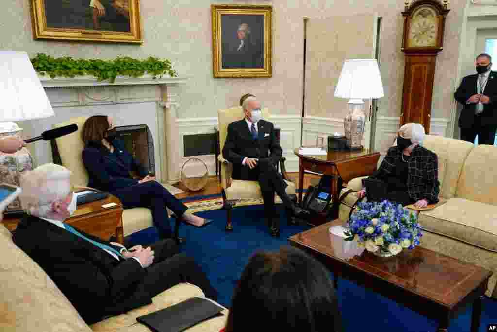 پرزیدنت جو بایدن و معاون او به همراه وزیر خزانه داری، روز سهشنبه در کاخ سفید میزبان مدیران مشاغل بزرگ برای بحث درباره کمک اقتصادی دوران کرونا بود.