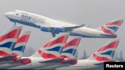 រូបឯកសារ៖ យន្ដហោះដឹកអ្នកដំណើរខ្នាតយក្ស Boeing 747 របស់ក្រុមហ៊ុនអាកាសចរណ៍អង់គ្លេស ហោះចេញពីអាកាសយានដ្ឋាន Heathrow ក្នុងទីក្រុងឡុងដ៍ នៅថ្ងៃទី ១៩ ខែមីនា ឆ្នាំ២០១០។