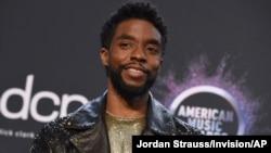 រូបឯកសារ៖ លោក Chadwick Boseman ចូលរួមកម្មវិធីមហោស្រពតន្ត្រី American Music Awards កាលពីថ្ងៃទី ២៤ ខែវិច្ឆិកា ឆ្នាំ២០១៩ នៅទីក្រុង Los Angeles រដ្ឋ California។