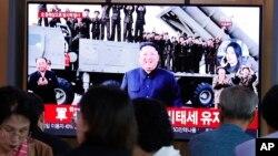 지난 2일 한국 서울역에 설치된 TV에서 북한의 미사일 발사 관련 뉴스가 나오고 있다.