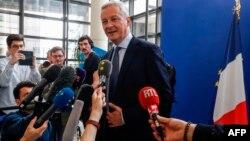 فرانس کے وزیر معیشت، لمائر صحافیوں کے سوالوں کے جواب دیتے ہوئے۔