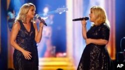 Kelly Clarkson ຮ້ອງເພງຄູ່ກັບ Miranda Lambert