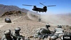 Un helicóptero de transporte militar Chinook, similar al que aparece en la foto, es el que fue derribado con los militares a bordo.