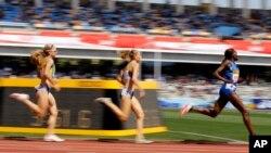 Nelly Jepkosgei du Kenya, à droite, termine en tête devant Lauren Johnson des Etats-Unis, au centre, Jenny Blunell d'Australie lors de 1.500 m du Grand Prix d'or sur la piste a Kawasaki, Japon, 21 mai 2017.