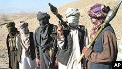 Talibans afghans posant avec des armes RPG et AK47, dans la province de Zaboul, dans le sud de Kaboul.