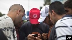 지난달 5일 헝가리 부다페스트에서 오스트리로 가려는 난민들이 스마트폰을 이용해 지도를 검색하고 있다.