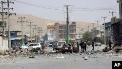 Des agents de sécurité afghans inspectent le site d'un attentat suicide à Kaboul, en Afghanistan, le 25 juillet 2019.