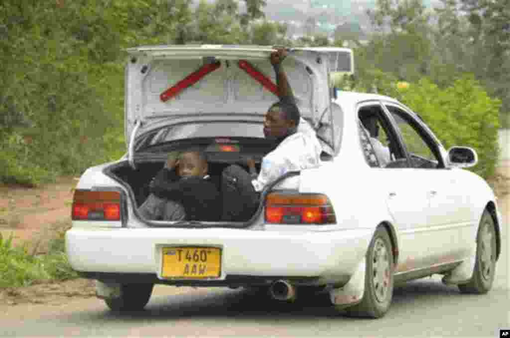 gari linawasafirisha wakazi wanaokimbia makazi yao baada ya milipuko ya Gongo la Mboto