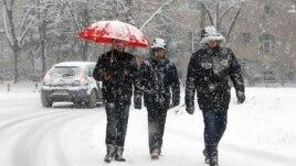 Bora bllokon disa akse rrugore në Maqedoni