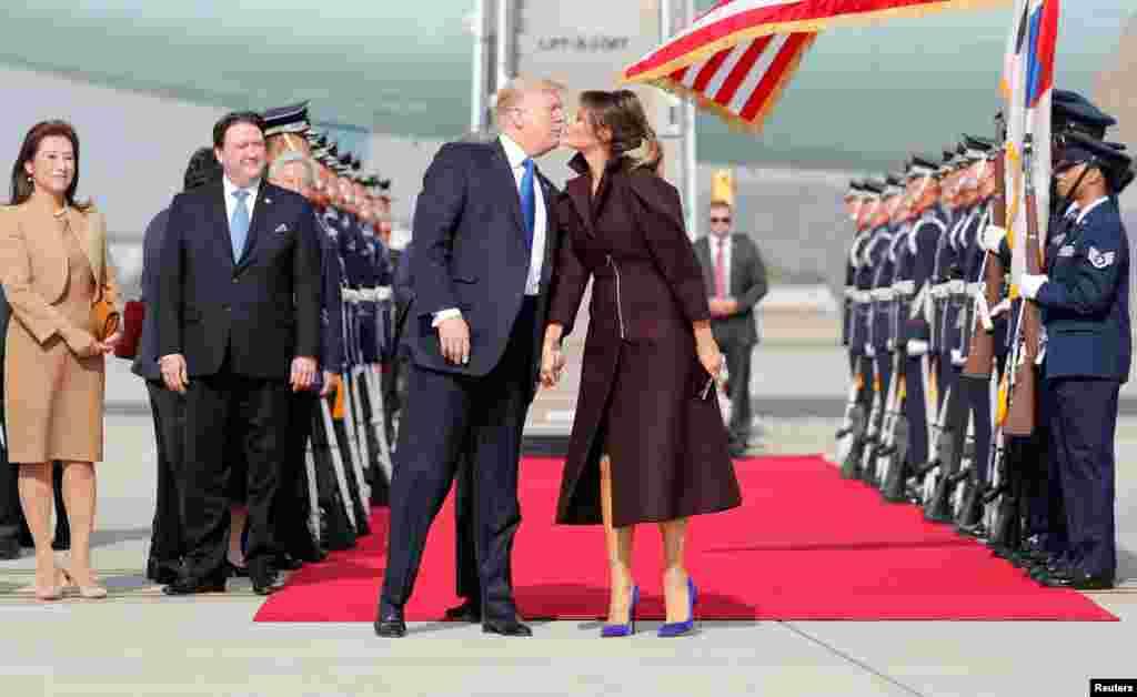 한국을 국빈방문한 도널드 트럼프 미국 대통령과 부인 멜라니아 여사가 전용기에서 내린 후 입맞춤하고 있다.