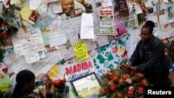 10일 넬슨 만델라 전 남아공 대통령의 회복을 염원하는 내용의 편지들이 만델라 전 대통령이 입원한 병원 앞에 붙어있다.