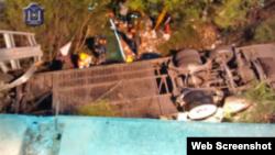 Foto de la policía de Salta que muestra el estado en que quedó el bus en el que viajaban los gendarmes.