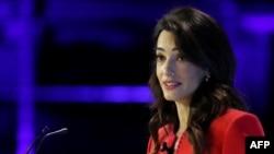 រូបឯកសារ៖ មេធាវីសិទ្ធិមនុស្សអ្នកស្រី Amal Clooney ថ្លែងនៅកិច្ចប្រជុំមួយស្តីពីសេរីភាពសារព័ត៌មាននៅក្រុងឡុងដ៍ កាលពីថ្ងៃទី១០ ខែកក្កដា ឆ្នាំ២០១៩។