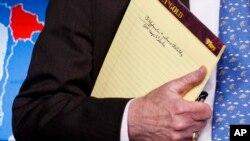 John Bolton sostiene una libreta, durante la conferencia de prensa.