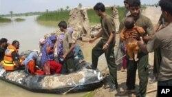 지난 9월 폭우로 인한 홍수로 피해를 입은 파키스탄 주민들. 자원봉사자들이 고립된 사람들을 구조하고 있다. (자료사진)