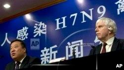 Liang Liang Wannian (kiri) dan kepala perwakilan Organisasi Kesehatan Dunia (WHO) di China, Michael O'Leary, menggelar konferansi pers terkait berjangkitnya pencegahan dan pengendalian avian H7N9 di Beijing (Foto: dok).