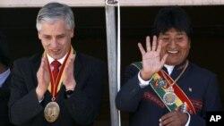 El presidente y vicepresidente de Bolivia, Evo Morales (derecha) y Alvaro García Linera, saludan al público durante la delebración del 187 Aniversario de la independencia, el 6 de agosto de 2012.