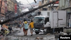 10일 필리핀 타클로반에서 태풍 하이옌의 영향으로 전신주가 무너지고 건물이 파괴됐다.