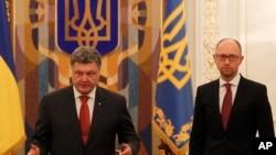 乌克兰总统波罗申科(左)与总理亚采纽克2014年11月4日在基辅出席乌克兰国家安全与国防委员会会议。