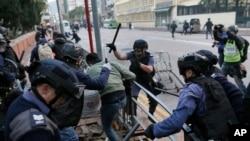 香港防暴警察在旺角逮捕抗议人士. (2016年2月9日)