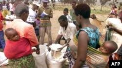 Des familles rwandaises attendent la distribution de nourriture au camp de réfugiés de Kingtele à quelques kilomètres de Brazzaville, le 27 août 1998.