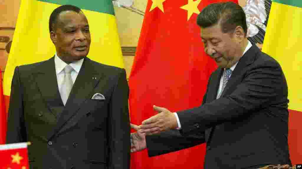Le président chinois Xi Jinping, et son homologue de la république du Congo le président Denis Sassou Nguesso à son siège lors d'une cérémonie au palais à Beijing, en Chine, le 5 juillet 2016.