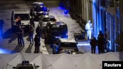 Polisi memeriksa apartemen di Verviers, kota antara Liege dan perbatasan Jerman, di bagian timur Belgia (15/1).