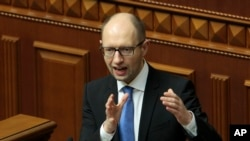 Ukraina bosh vaziri Arseniy Yatsenyuk parlamentda so'zlamoqda, 27-mart, 2014-yil