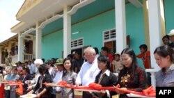 Đại sứ Michalak, đại diện PeaceTrees Vietnam và quan chức tỉnh Quảng Trị cắt băng khánh thành thư viện và nhà mẫu giáo do PeaceTrees Vietnam tài trợ ở thôn Khe Đá