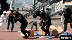 Anggota Kopassus dalam latihan kontra-terorisme bersama pasukan elit Australia di bandara Ngurah Rai, Denpasar, Bali (foto: ilustrasi).