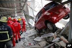 Nhân viên cứu hộ tại một tòa nhà sụp đổ sau trận động đất mạnh tại Đài Nam, ngày 6/2/2016.