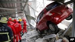 Tim SAR mencari korban gempa di gedung yang runtuh akibat gempa bumi Sabtu subuh (6/2) di Tainan, Taiwan, 6 Februari 2016.