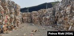Tumpukan sampah kertas asal Eropa dan Amerika di tempat penampungan pabrik kertas di Mojokerto. (Foto:VOA/Petrus Riski).