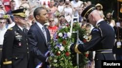 Presiden AS Barack Obama (kedua dari kiri) meletakkan karangan bunga di Taman Makam Pahlawan Arlington, Virginia pada upacara Hari Pahlawan (28/5)