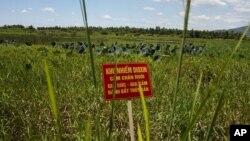 Bảng cảnh báo tại một khu vực bị ô nhiễm chất dioxin gần sân bay Đà Nẵng, Việt Nam.