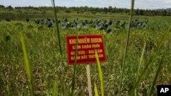 Chất độc dioxin trong chất da cam ngấm vào đất và kể từ đó đã khiến hơn ba triệu người Việt Nam bị tàn phế hoặc dị tật.