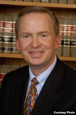 乔治•华盛顿大学法学院教授兰德尔•伊利亚森