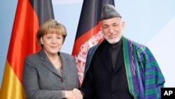 德國總理默克爾在波恩大會上與阿富汗總統卡爾扎伊。