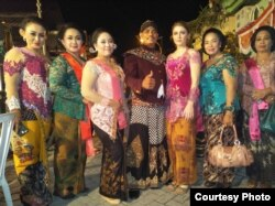 Andrea Decker saat tampil bersama teman-teman di Indonesia (Dok: Andrea Decker)