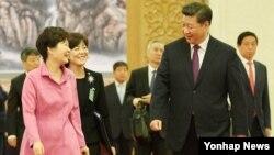 박근혜 한국 대통령(왼쪽)과 시진핑 중국 국가주석이 2일 베이징 인민대회당 동대청에서 열린 한·중 정상회담을 마치고 오찬장인 서대청으로 이동하며 대화하고 있다.