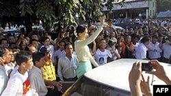 Lãnh tụ dân chủ Miến Điện, bà Aung San Suu Kyi, cho biết việc Hoa Kỳ chủ động giao tiếp với Miến Điện là một việc tốt.