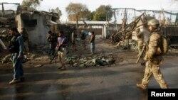 Tentara NATO dan Afghanistan memeriksa lokasi serangan bom (foto: dok). Empat tentara AS tewas akibat bom pinggir jalan, Selasa 14/5.