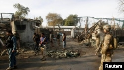 北约和阿富汗部队赴在阿富汗贾拉拉巴德的自杀袭击现场