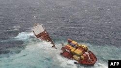 Tàu chở hàng Rena bị mắc cạn ngoài khơi New Zealand bị gãy đôi hôm 8/1/2012