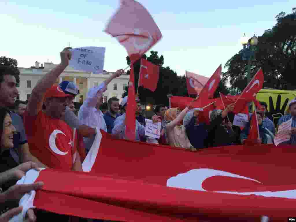 土耳其裔民众走上街头在白宫门前举行示威游行抗议土耳其军方政变,支持土耳其总统埃尔多安(美国之音卡拉拍摄)